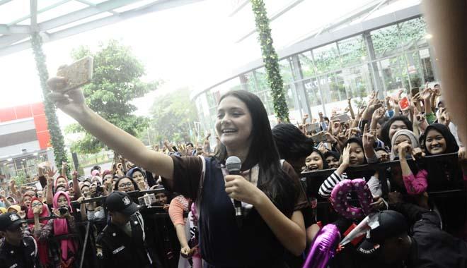 Pemain Film Promise, Amanda Temui Penggemarnya di Surabaya