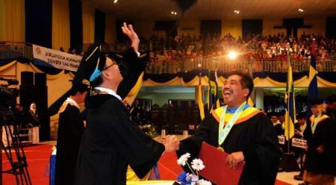 Wujud Kegembiraan, Rektor Lempar Topi Toga Milik Suko