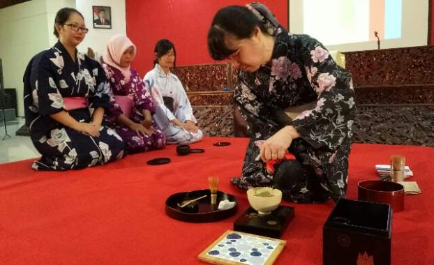 Master Asal Jepang Ajarkan Ikebana-Sadou di Untag