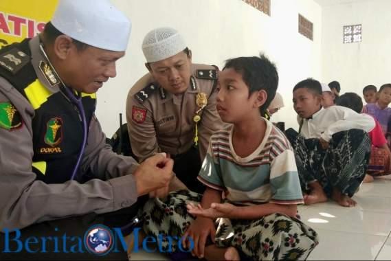 Ratusan Santri Dapat Pengobatan Dari Polres Probolinggo