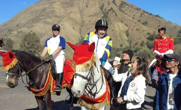 Irfan Hakim Naik Kuda Putih di Bromo, Saat Obor Asian Games